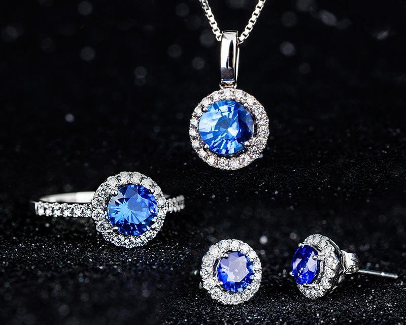 Bộ trang sức gắn đá Sapphire.