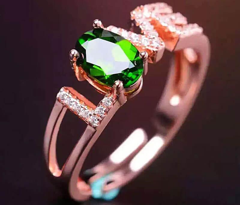 Chiếc nhẫn vàng đính đá Diopside mang đến một đẳng cấp khác biệt.