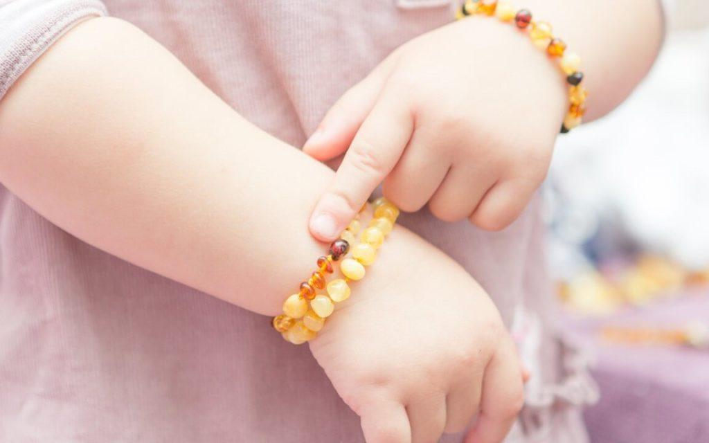Hình3: Vòng tay hổ phách cho trẻ em, giúp các bé đỡ quấy khóc, giảm đau khi mọc răng