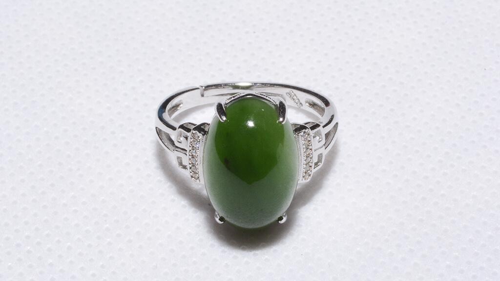 Nhẫn Ngọc Bích được chế tác trên chất liệu Bạc 925