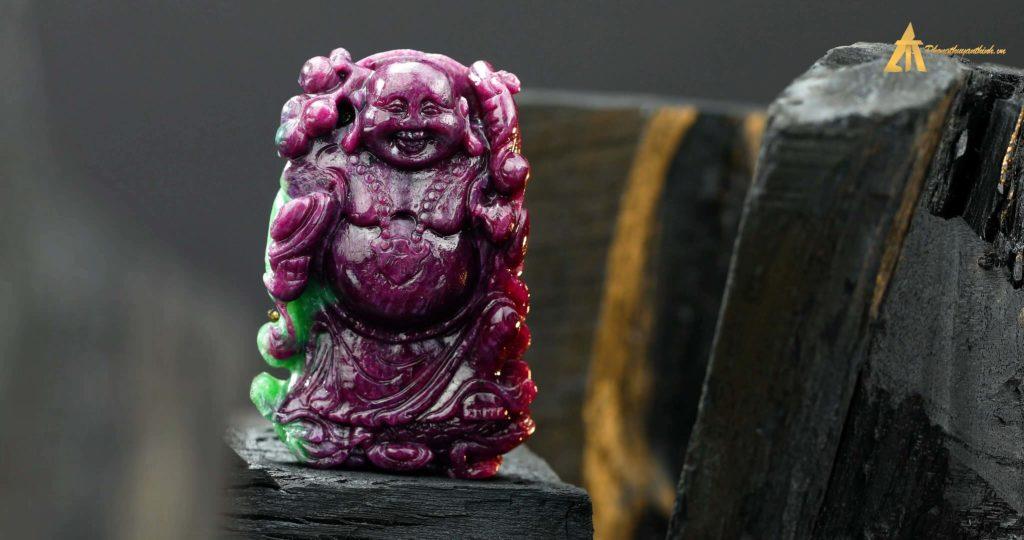 Mặt Phật Di Lặc điêu khắc từ Ruby