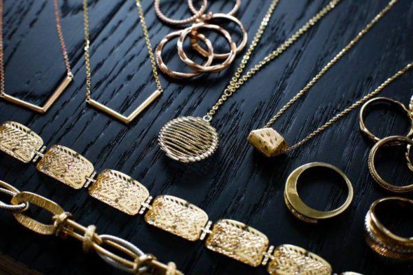 Vàng 10K bao gồm 10 phần vàng và 14 phần hợp kim