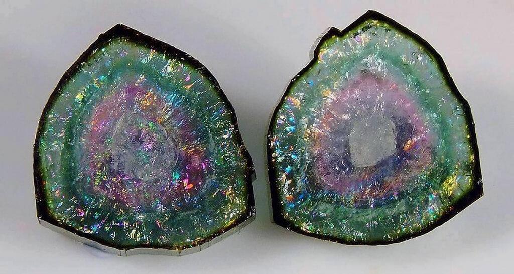 Tourmaline là một khoáng chất boron tinh thể silicat phức tạp