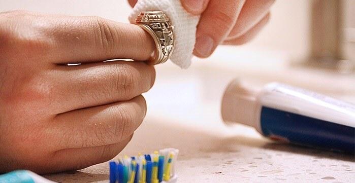 Kem đánh răng đánh bay vết xỉn màu là một cách làm sáng Bạc