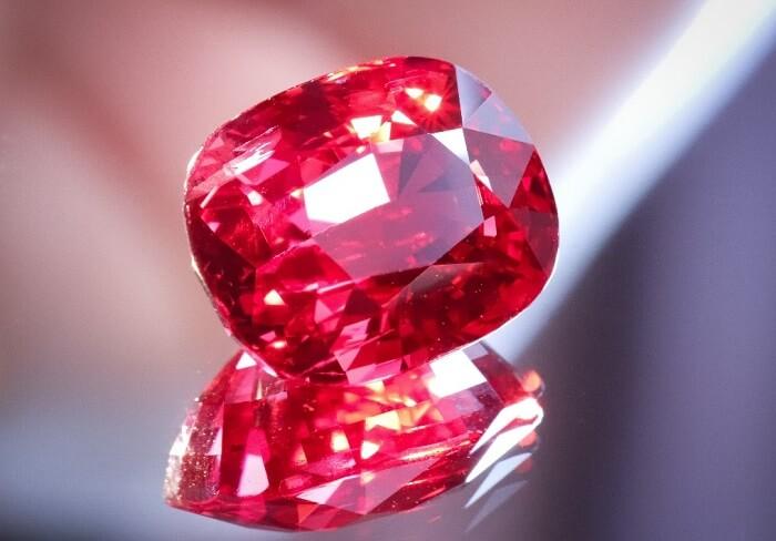 Trong các loại đá quý Spinel thì màu đỏ là màu đẹp và hiếm nhất