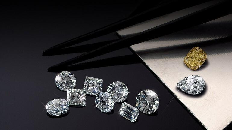 Kim cương ngoài thiên nhiên sẽ lẫn với một số tạp chất nhất định và hình thành nên màu của kim cương, màu càng hiếm thì có giá trị càng cao